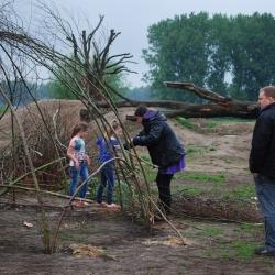 samen een wilgentenen hut bouwen